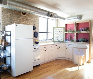 Bucatarie cu perete cu etajere cu ghivece cu plante aromatice