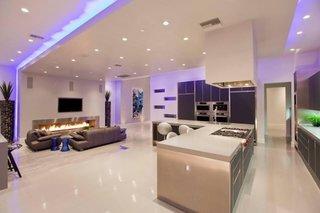 Living open space cu bucatarie culoare mov