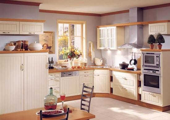 Mobila alba de bucatarie cu dulapuri suspendate si blat de lucru din lemn