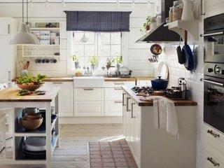 Varianta de mobilare a unei bucatarii mici cu mobila alba
