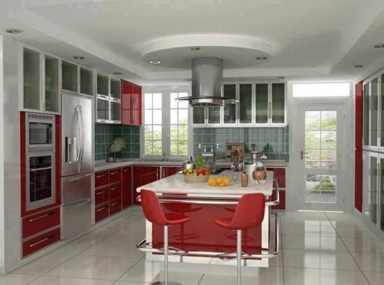 Mobila de bucatarie rosie cu argintiu si sticla