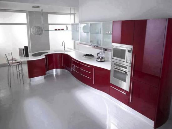 Model de mobila bucatarie rosie lucioasa si dulapuri cu geam