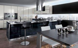 Bucatarie cu mobila cu usi din sticla alba si insula cu inox si sticla neagra