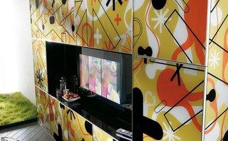 Mobilier compact pentru living cu fronturi imprimate colorat si televizor integrat