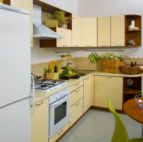 Dulapuri moderne pentru bucatarie in doua culori galben si lemn inchis la culoare