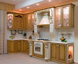 Mobila de bucatarie din lemn deschis la culoare cu elemente decorative albe si aurii