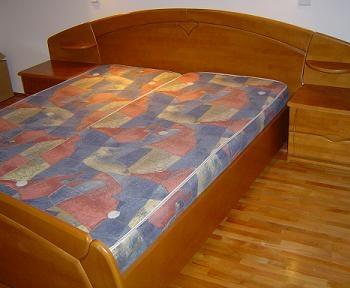 Mobila de dormitor pentru tineret cu pat din lemn si PAL