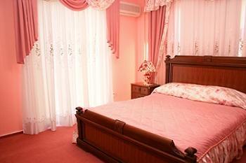 perdele scurte roz pentru dormitor
