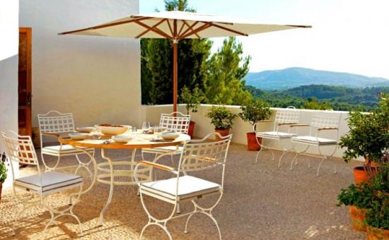 Mobilier pentru terasa din fier forjat alb in stil mediteranean