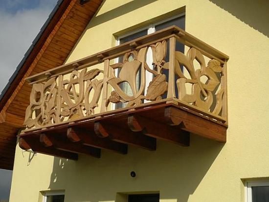 model de balcon din lemn