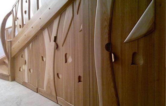 Spatiu de sub scara inchis cu lemn masiv