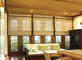 Living cu tavan si jaluzele din bambus