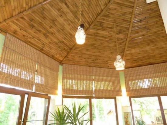 Living cu tavanul placat cu bete de bambus