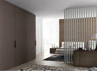 Dormitor cu dulap pe intreg peretele