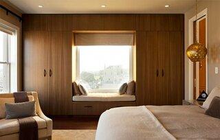 Dulap asezat pe peretele cu fereastra