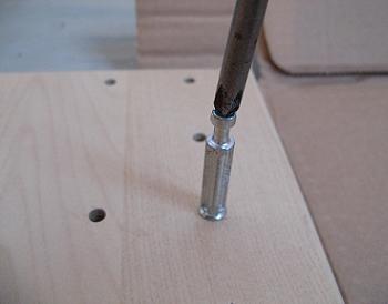 Tija autofiletanta pentru montarea unui dulap de hol