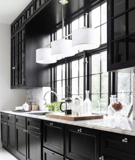 Compartimentare eficienta in bucatarie si iluminat cu abajur alb