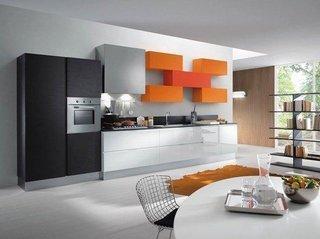 Mobila de bucatarie combinatie de culori negru, alb, portocaliu si gri