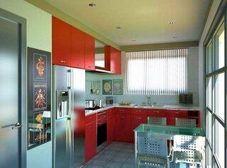 Bucatarie de apartament cu mobila rosie