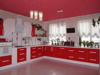 Model frumos si modern de mobila bucatarie rosie