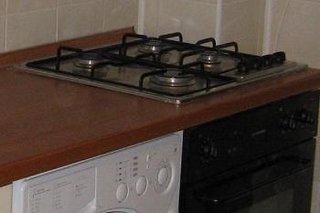 Plita si cuptor incorporate in mobila de bucatarie