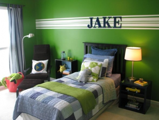 Dormitor de baiat zugravit in verde cu mobila neagra