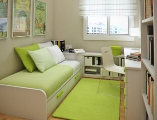 Dormitor mic pentru copii cu mobila alb cu vernil