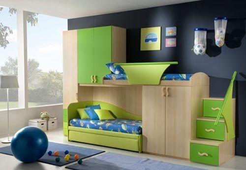 Mobila de dormitor din lemn si pal verde asortata cu pereti bleumarin