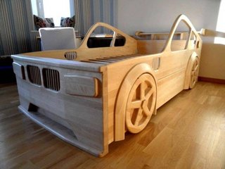 Pat din lemn in forma de masina