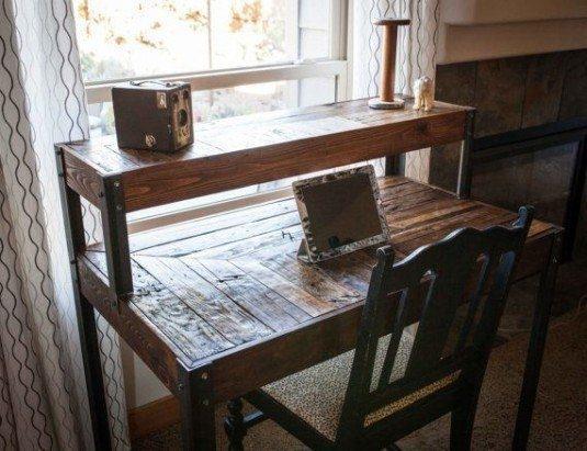 Birou din paleti de  lemn lacuiti cu elemente de imbinare din metal