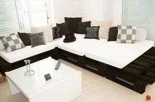 Canapea alba cu pernute decorative cu imprimeuri geometrice