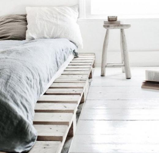 Decor alb de tip scandinav cu pat din paleti
