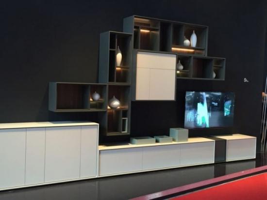 Mobilier alb living perete cu televizor