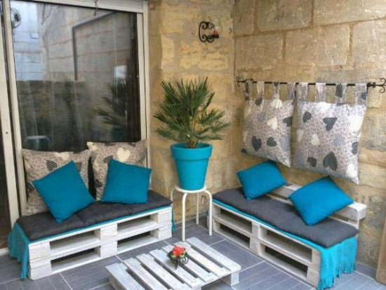 Idee amenajare terasa cu paleti vechi transformati in piese de mobilier