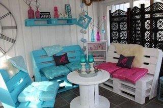 Masuta rotunda si scaune din lemn pentru terasa
