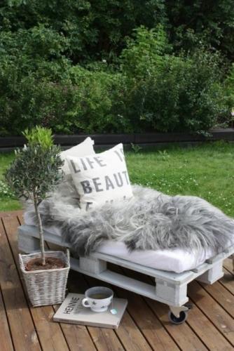 Canapea de exterior pe rotile confectionata dintr-un palet