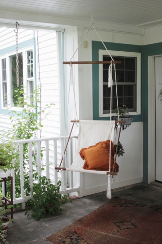 Scaun suspendat pe terasa