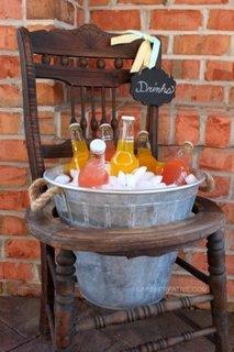 Stand pentru bauturi dintr-o galeata si un scaun vechi