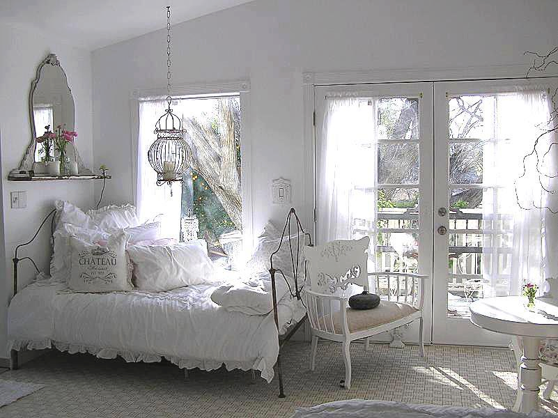 Dormitor cu pat din fier fojat