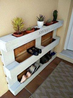 Spatiu depozitare pantofi din paleti din lemn