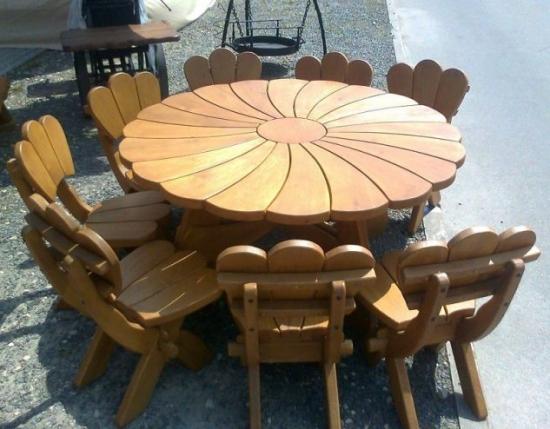 Masa cu scaune elegante din lemn