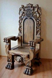 Scaun sculptat din lemn