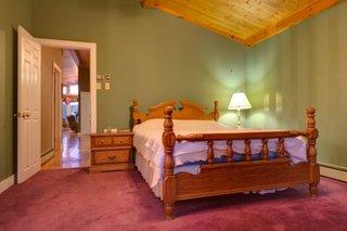 Camera la mansarda mobilata rustic si mocheta colorata roz