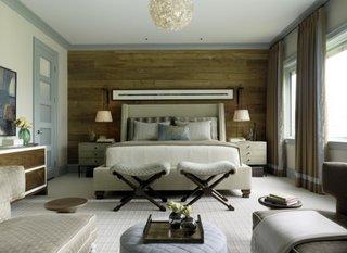 Dormitor clasic cu mocheta alba pe jos