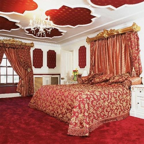 Dormitor in stil baroc cu mocheta rosie