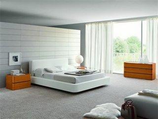 Dormitor luxos cu par alb pe mijloc si mocheta cu fir lung gri deschis