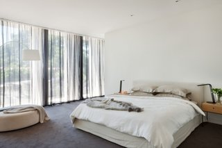 Dormitor mic cu mobila putina si mocheta gri inchis