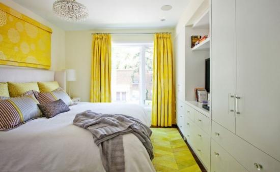 Mobilier dormitor incastrat perdele si covor pufos galben