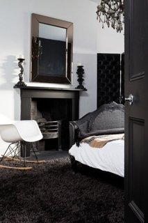 Mobilier negru usa neagra covor pufos negru