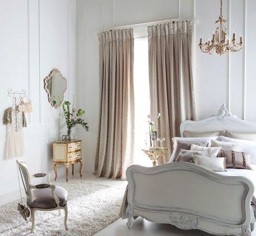 Mocheta alba pufoasa pentru dormitor pat alb draperii crem